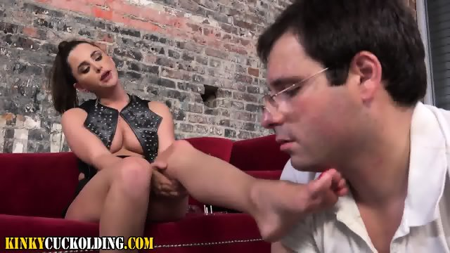 Femdomina demands worship