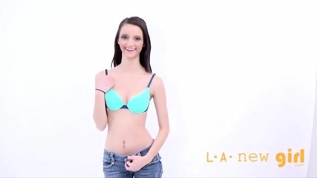 Privlačna rjavolaska pride na avdicijo za foto model
