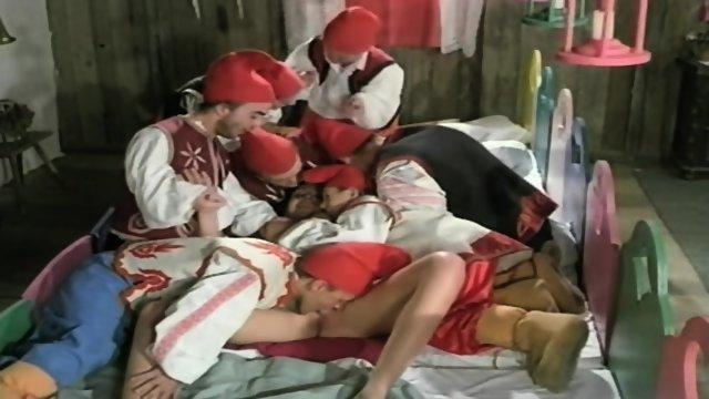 Sneguljčico obdela sedem palčkov - porno film