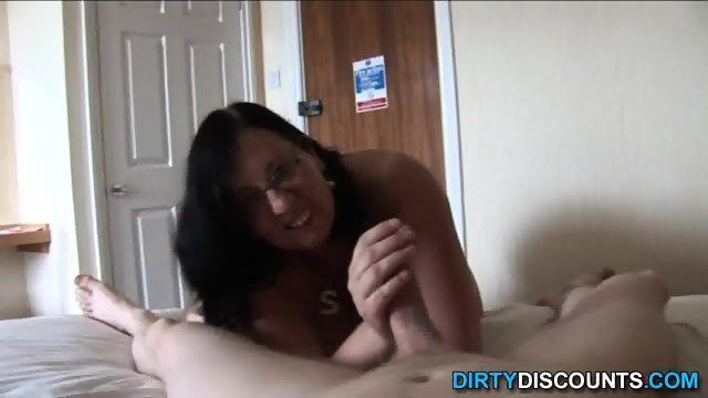 Posnemam kako mi punca na postelji drka kurca