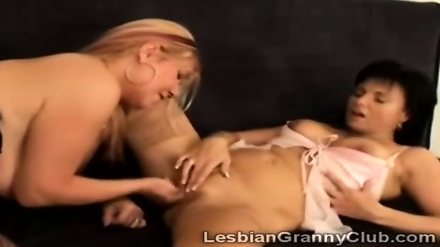 Blonde granny explores the depths of old gfs snatch