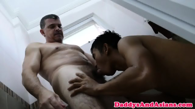 Pinoy twink buttfucked in bathtub by dilf
