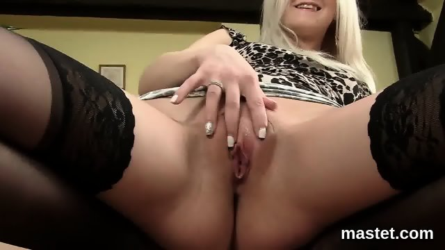 Wicked czech sweetie opens up her juicy pussy to the strange