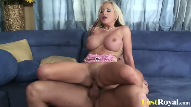 Amazing anal banging with the horny Savanah Gold