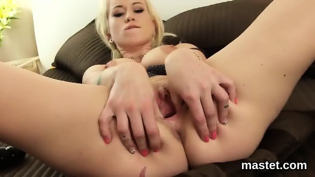 Sexy czech cutie stretches her tight muff to the extreme - scene 8