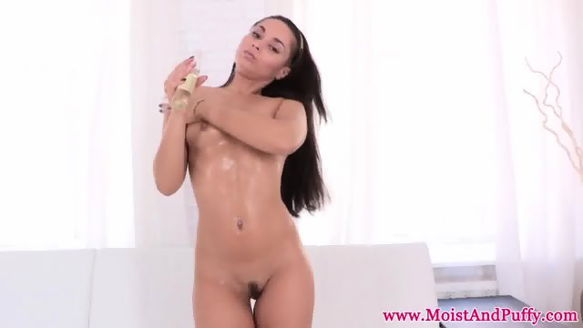 Sassy oiled babe solo pussyplay session