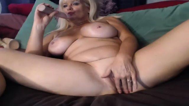 MILF Slut Play Dildo On Webcam