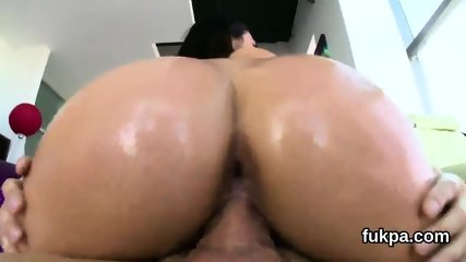 Striking bombshell displays big butt and gets anal hole reamed