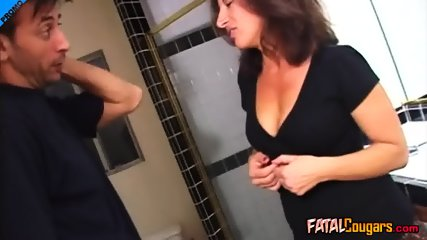 Plumber fixes her sink and gets wet