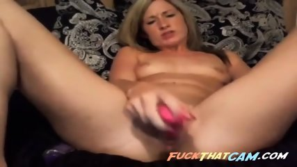 Solo cam MILF concentrates on her orgasm