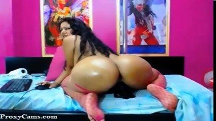 Latina MILF Big Round Ass on Webcam