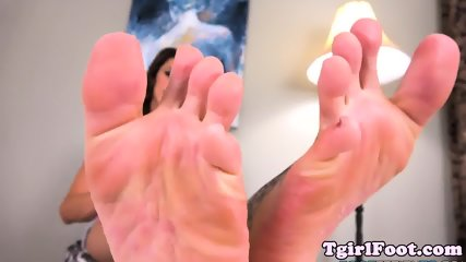 Amateur tgirl sways her tattooed feet