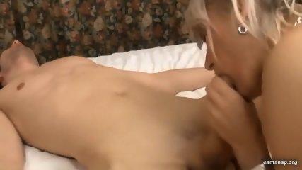 Reife Blondine steckt jungem Bubi beim Ficken den Finger in den Arsch