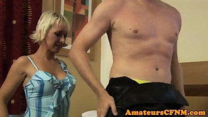 熟女ベイビー、裸のストリッパーに屈辱を与える
