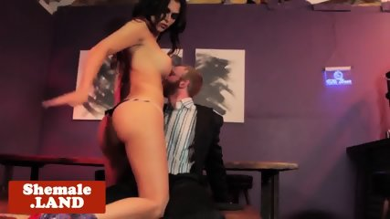 Bigtits tranny wanks while getting assfucked