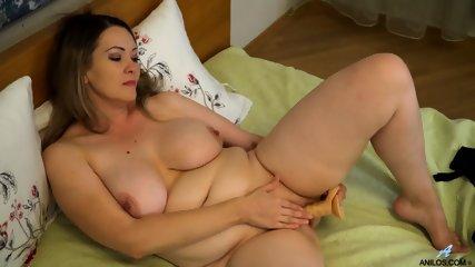 Natural Babe Masturbates