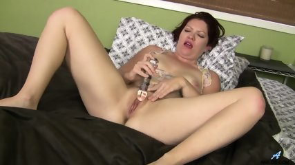 Mature Lady Dildoing Pussy