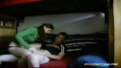 Junges Paar vergnuegt sich vor einer Webcam