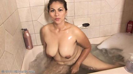 Amateur Woman Takes Bath