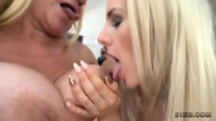Lesbos in Tonguing Duel