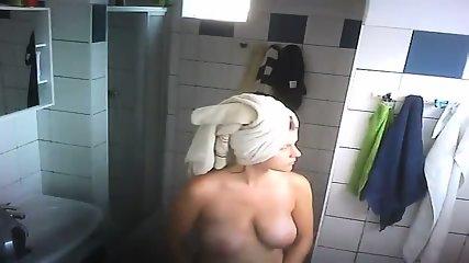 Große Kleiderbügel kommen aus der Dusche