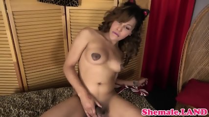 Seductive ts babe shaking her round booty