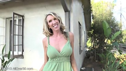 Mature Lady Shows Pussy In The Garden - scene 5