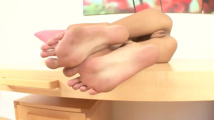 Hot Babe WIth Nice Feet - scene 5