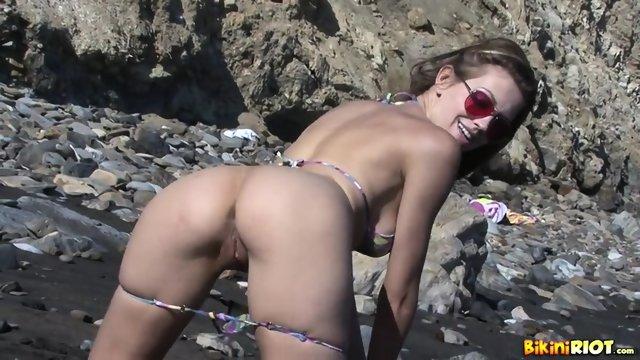 Sexy Girl Eufrat Takes Off Bikini