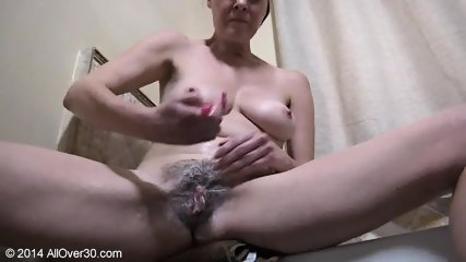 Mature Lady Shaves Pussy