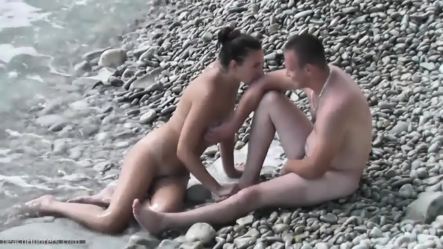 Amateur Couple Has Sex On The Beach