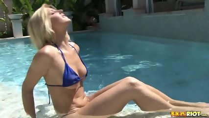 Wet Chick Plays With Pussy - scene 3