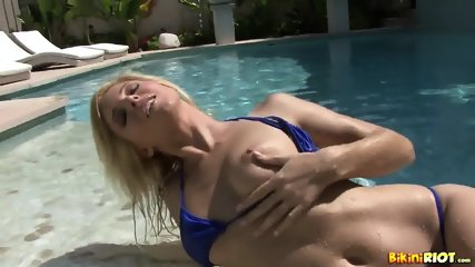 Wet Chick Plays With Pussy