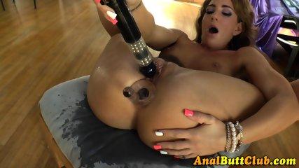 Skank fingers her booty