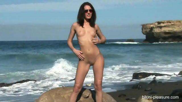 Hottie Takes Off Bikini