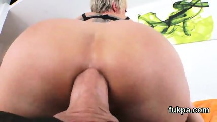Perfect bombshell shows big fanny and gets anal rode