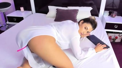 Gorgeous Camgirl Shakes Her Perfect Ass - scene 7