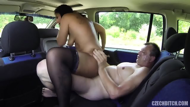 Guy Fucks Real Whore In The Car