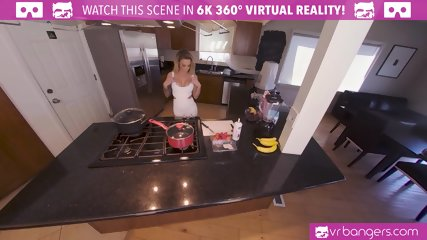 VRBangers Sexy Austrlian Housewife Get Fucked Hard While Cooking