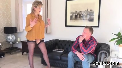 Cheating british mature lady sonia pops out her heavy naturals