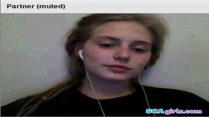 Het blondin visar bröst på cam