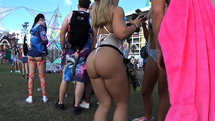 BIG ASSES IN THE WILD PART 2!