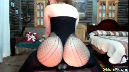 hot girl shaking her fat ass on webcam