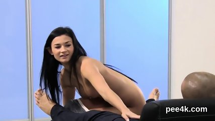 Exquisite hottie gets her spread vagina full of warm pee and splatters