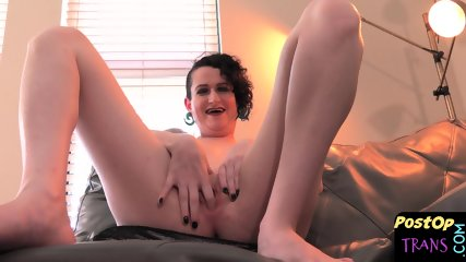 Amateur tranny fingers her new pussy