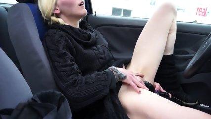 Deutsche Hausfrau wichst sich im Auto
