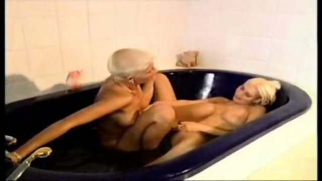 Bathtube-threesome