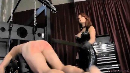 Mistress in latex punishig sub
