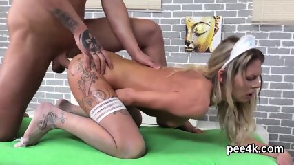 Luscious model gets her narrowed honey pot complete of warm pee and blasts
