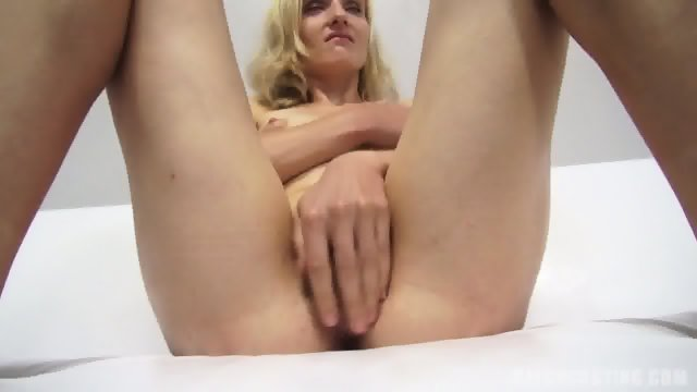 Amateur Girl Shows Her Cunt